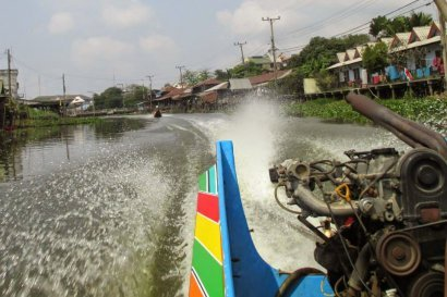 Fast speedboat through the Klongs