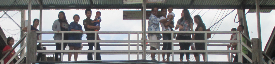 Pattaya Boat Tour – Locals on bridge